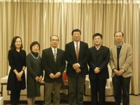 庭野先生(左1)と御夫人(左2)と修剛学長(右3)、日本語学部の学部長朱鵬宵先生(右2)、副学部長劉澤軍先生(右1)