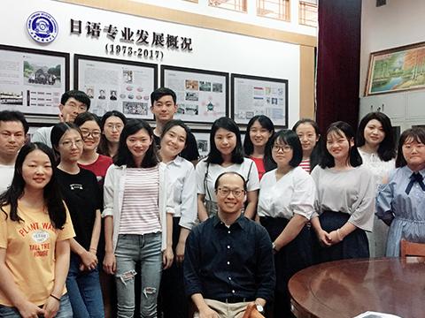楊昆鵬准教授と現地の大学院生