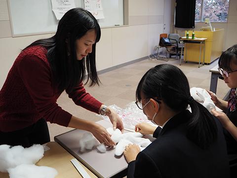 作り方を教えるConnectの学生