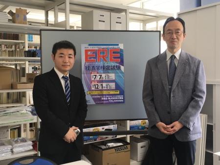 経済学科3年小林さん(左)と馬場経済学部長(右)